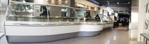 Este establecimiento de comida preparada, cuenta con una amplia vitrina que hace las veces de exposición de los platos y de mostrador.