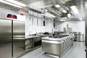 Cocina industrial con bloque central  y techo filtrante
